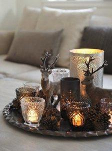 χριστουγεννιάτικη διακόσμηση με κεριά στο σαλόνι
