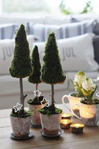 χριστουγεννιάτικη διακόσμηση με μικρά δεντράκια