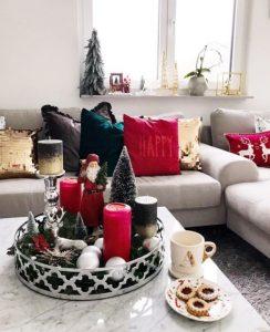 χριστουγεννιάτικη διακόσμηση στο τραπεζάκι του σαλονιού