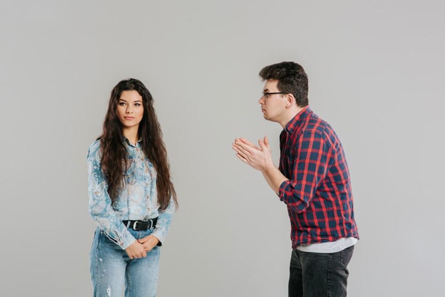 άντρας παρακαλάει μια γυναίκα
