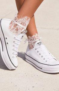 άσπρα καλτσάκια με παπούτσια