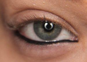 σκούρο χρώμα στο εσωτερικό βλέφαρο