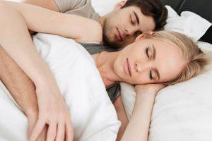 Ζευγάρι αγκαλιά ύπνο