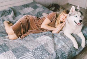 Γυναίκα ύπνο με σκύλο κατοικίδια