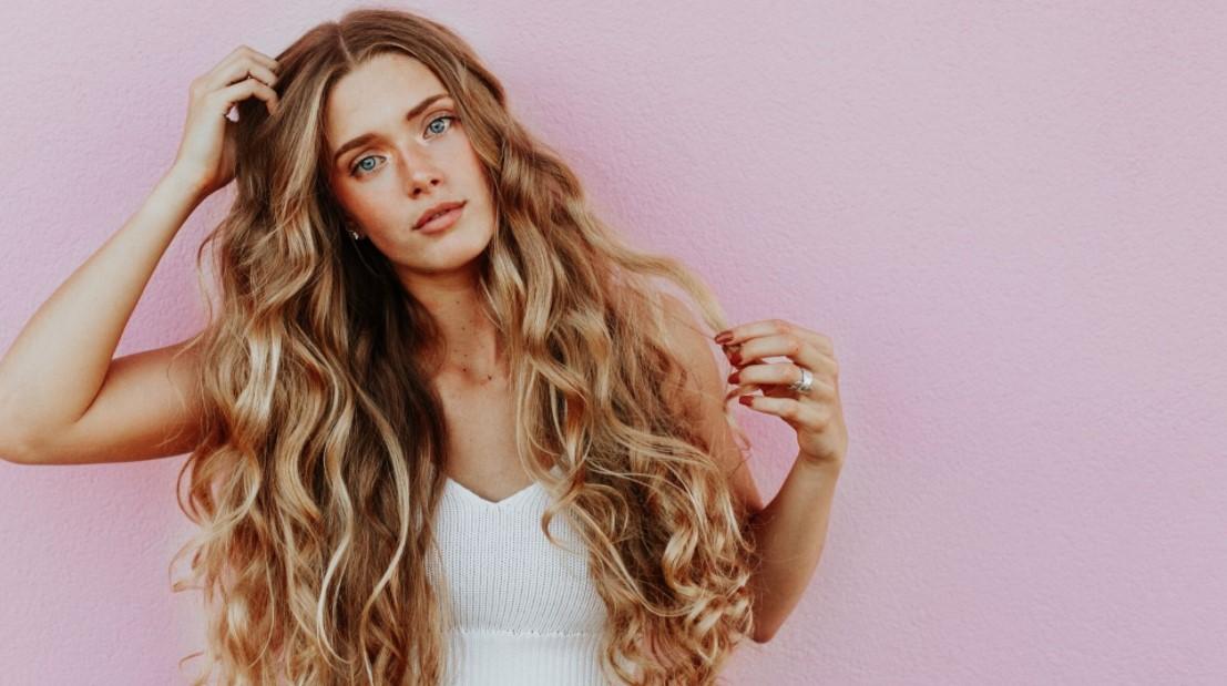 γυναίκα ξανθά μακριά σγουρά μαλλιά προϊόντα μπούκλες όγκο