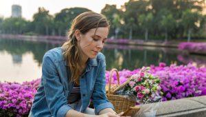 γυναίκα λίμνη λουλούδια κινητό στείλεις μήνυμα πρώην