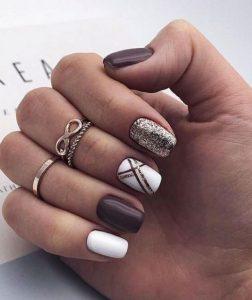 καφέ λευκά νύχια