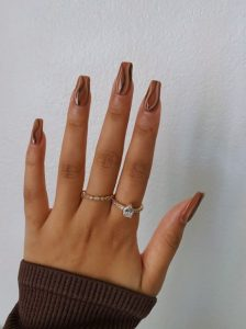 καφέ ριγέ νύχια