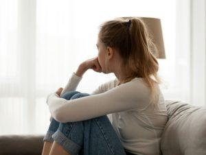 κοπέλα σκέφτεται κοιτάει έξω