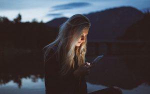 ξανθιά κοπέλα στέλνει μήνυμα