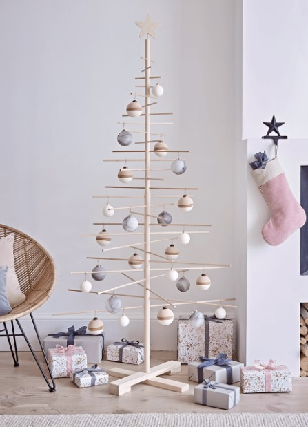 ξύλινο δεντράκι μίνιμαλ μπάλες μοντέρνα διακόσμηση Χριστούγεννα