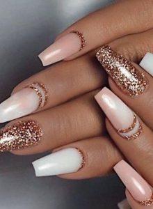 λαμπερά χρυσά νύχια