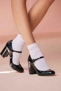 μαύρες γόβες με άσπρες κάλτσες