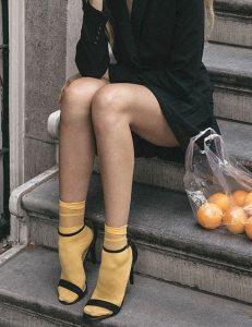 μαύρα πέδιλα με κίτρινες κάλτσες