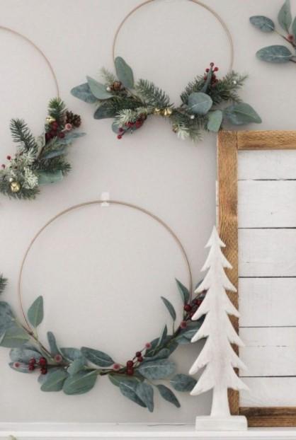 μίνιμαλ στεφάνια κρεμασμένα μοντέρνα διακόσμηση Χριστούγεννα