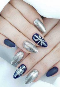 μπλε ασημί νύχια