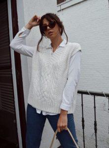 ντύσιμο με λευκό πλεκτό γιλέκο