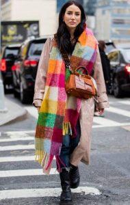 ντύσιμο με χρωματιστό κασκόλ