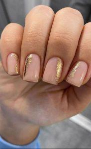 nude χρυσά νύχια