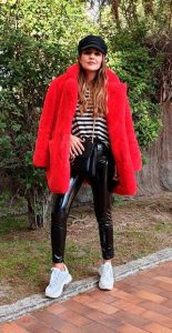 outfit με βινύλ παντελόνι