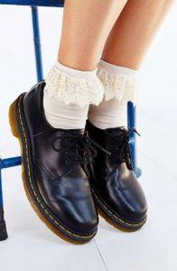 παπούτσια με άσπρες κάλτσες