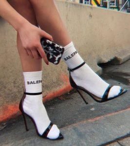 πέδιλα φορεμένα με κάλτσες