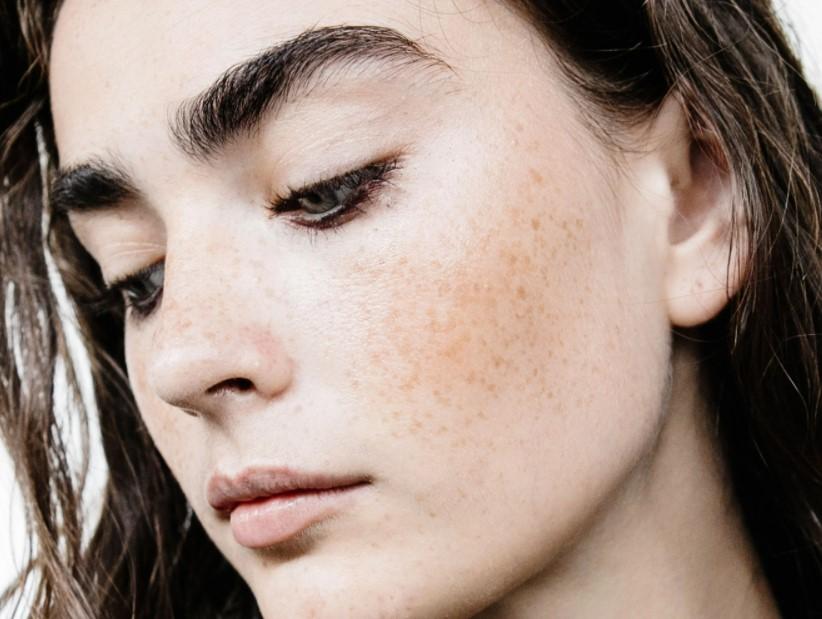 πρόσωπο ελαφρύ μακιγιάζ έντονα φρύδια