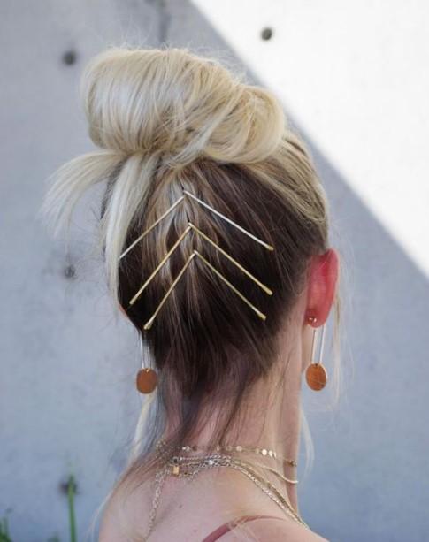 ψηλό bun ξανθά μαλλιά τσιμπιδάκια