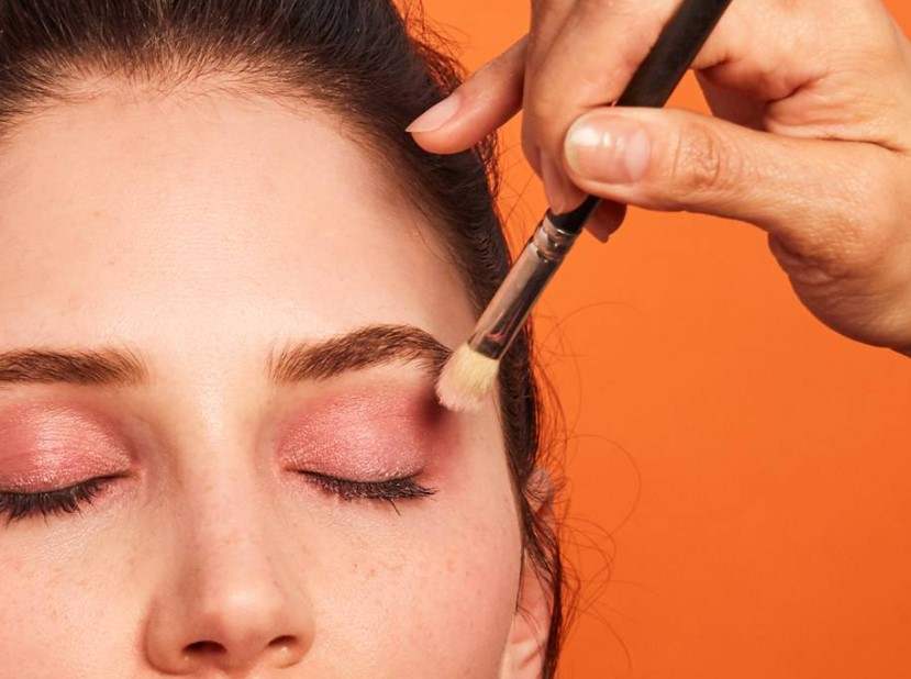 ροζ σκιά ματιών πινέλο αποφύγεις μακιγιάζ νεότερη