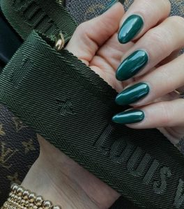σκούρο πράσινο στα νύχια