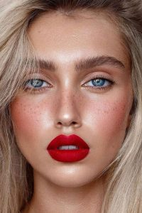 βάψιμο με κόκκινα χείλη