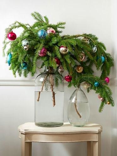 βάζο κλαδιά ελάτου μπάλες χριστουγεννιάτικα φυτά