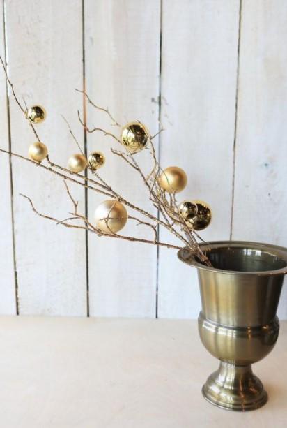 χρυσό βάζο κλαδιά χρυσές μπάλες διακοσμήσεις βάζα Χριστούγεννα