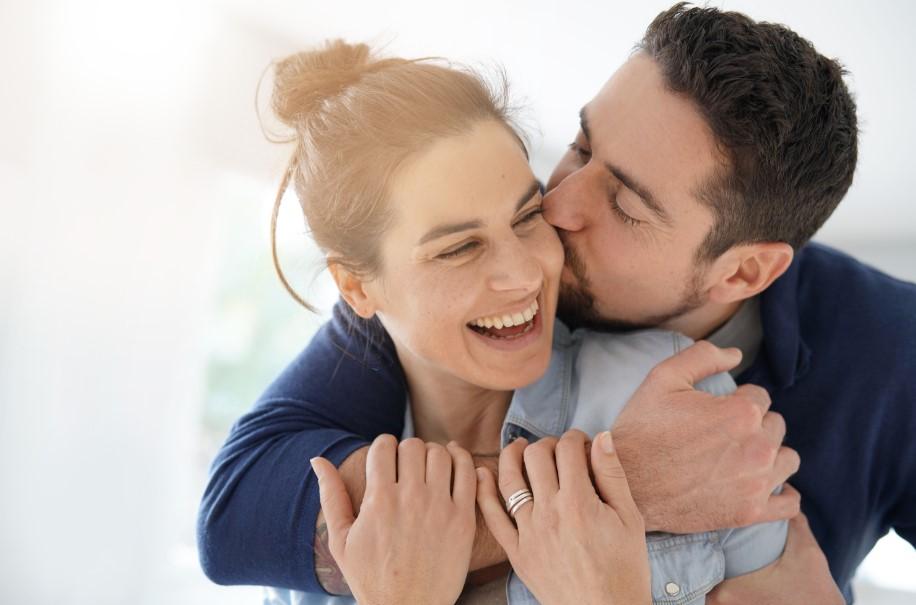 άντρας φιλάει γυναίκα στο μάγουλο