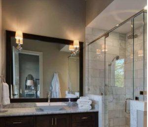 φωτιστικές απλίκες δεξιά και αριστερά από καθρέφτη μπάνιου