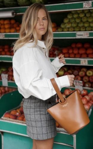 άσπρο πουκάμισο με μίνι καρό φούστα