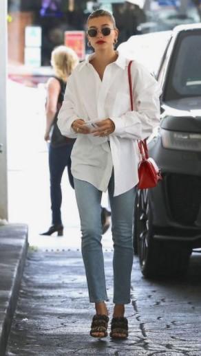 άσπρο πουκάμισο με τζιν