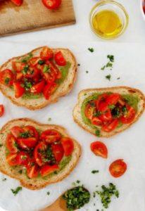 μπρουσκέτες με πέστο και ντοματίνια