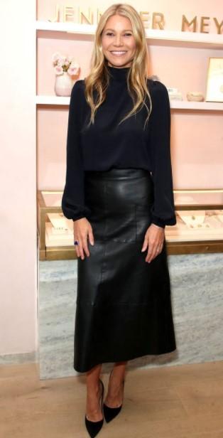 δερμάτινη μακριά φούστα μαύρη μπλούζα