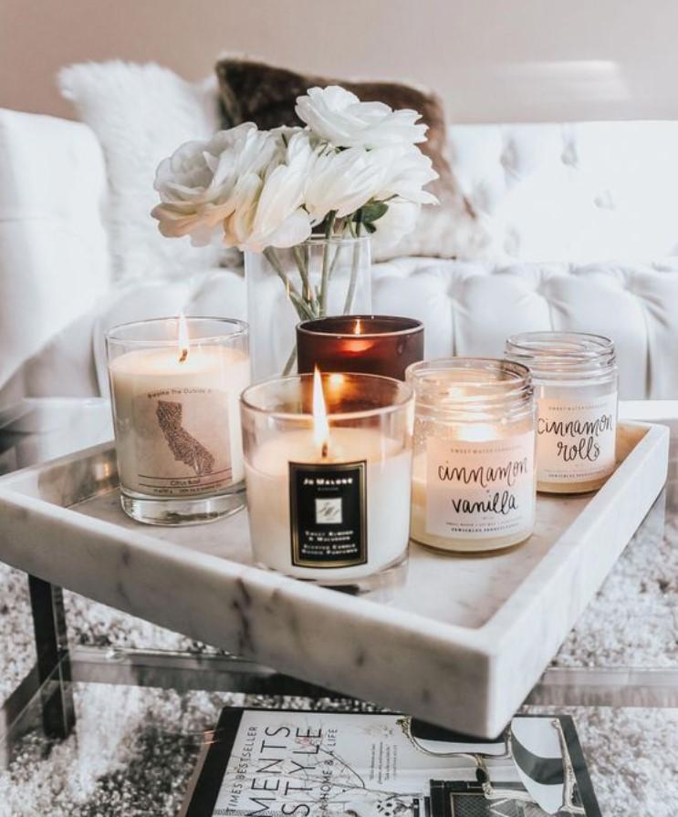 δίσκος με κεριά στο σαλόνι
