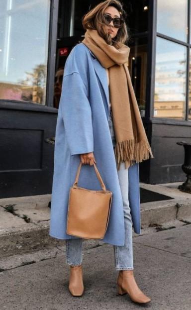 γαλάζιο παλτό μπεζ αξεσουάρ