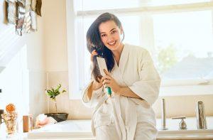 γυναικα χτενιζει τα μαλλια της