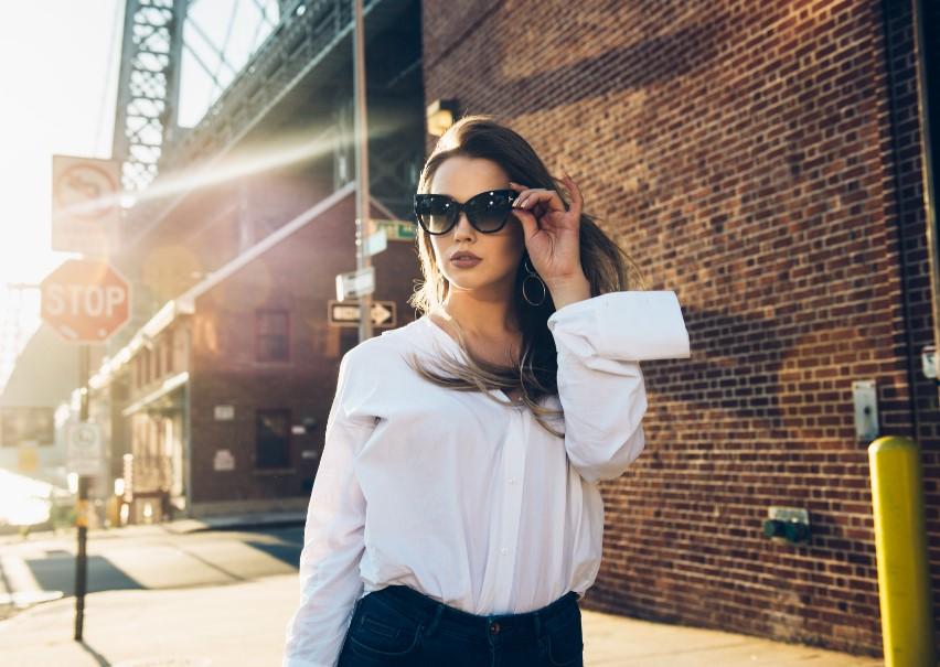γυναίκα με γυαλιά ηλίου