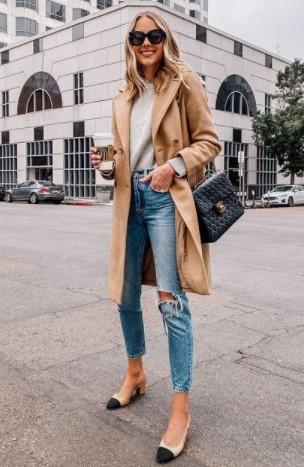 γυναίκα με τζιν καμηλο παλτό και γόβα