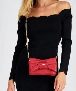 κόκκινη τσάντα με αλυσίδα
