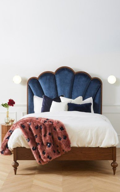 κρεβάτι με βελούδινο κεφαλάρι