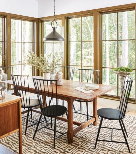 ξύλινη τραπεζαρία με μεταλλικές καρέκλες