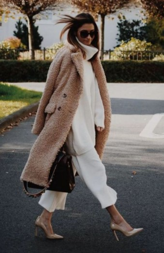 λευκά ρούχα μπεζ παλτό
