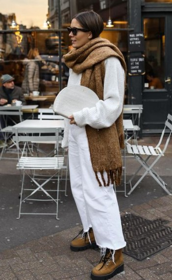 λευκό outfit μπεζ κασκόλ