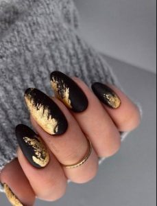 μαυρο με χρυσο νυχια